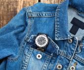Orologio di business all'interno della tasca dei jeans. — Foto Stock