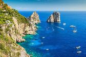 Capri ostrov a faraglioni útesy, itálie, evropa — Stock fotografie