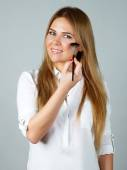 Pretty woman applying make up with brush — Stock Photo