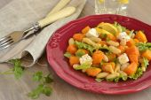 Salad with baked pumpkin, white beans and feta — Stock Photo