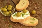 Panino con formaggio e olive — Foto Stock