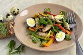 Рыбный салат с перепелиными яйцами, сладкий стручковый перец и травы — Стоковое фото