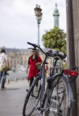 Bicycle on the streets of Paris — Stock Photo