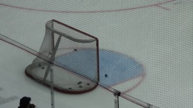 Hockey player shoots several pucks to targets in gate, closeup — Stockvideo