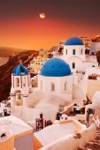 Santorini blue dome churches at sunset. Oia Village, Greece. — Stockfoto