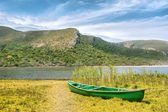 Green boat and lagoon — Stock fotografie