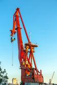 Grúa industrial contra el cielo azul — Foto de Stock