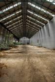 Interni industriali abbandonati con la luce — Foto Stock