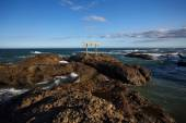 Rocky beach and blue sky — Photo