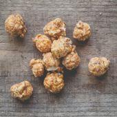 Almonds in caramel popcorn — Stock Photo