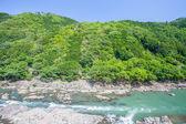 Groene bergen en de rivier — Stockfoto