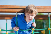男孩在公园玩耍 — 图库照片