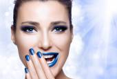 Beautiful Girl in Blue with Hand on Her Face. Nail Art and Makeu — Foto de Stock