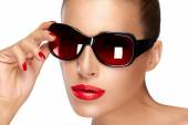 Beautiful Model in Black Fashion Sunglasses. Bright Makeup and M — Stock Photo