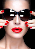 Fashion Model Woman in Black Oversized Sunglasses. Bright Makeup — Stock Photo