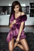 Mujer vistiendo chaqueta de piel — Foto de Stock