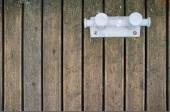 Starych metalowych uciąg jest dołączony do drewnianego pomostu — Zdjęcie stockowe