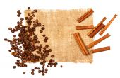 Cinnamon stick and coffee beans — Stock Photo