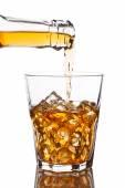 Verter el whisky en vaso — Foto de Stock
