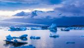 Large floating blue icebergs — Stock Photo