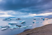 Large floating blue icebergs — Stockfoto