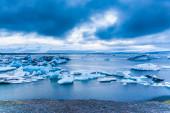 Duże pływające góry lodowe niebieski — Zdjęcie stockowe