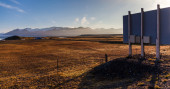 Roadside billboard overlooking a barren landscape — Стоковое фото