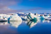 Grandi galleggianti iceberg blu — Foto Stock