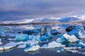 青い海に浮かぶ氷山大 — ストック写真