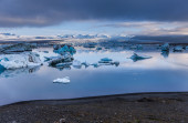 Large floating blue icebergs in Iceland — Foto Stock