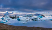Large floating blue icebergs in Iceland — Стоковое фото
