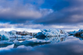 Large floating blue icebergs in Iceland — Stockfoto