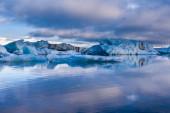 Large floating blue icebergs in Iceland — ストック写真