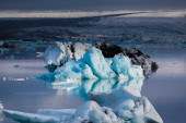 Large floating blue icebergs in Iceland — Foto de Stock