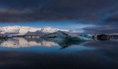 Large floating blue icebergs in Iceland — Stock fotografie