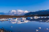 Icebergs floating in the Jokulsarlon lake — Stock Photo
