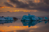 Large floating blue icebergs — Стоковое фото