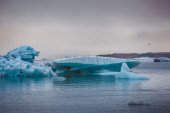Floating blue icebergs — 图库照片