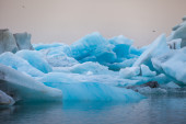 Schwimmende blaue eisberge — Stockfoto