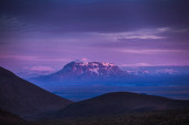 High snow-capped volcanic peak — Stock fotografie