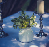 Flower table decoration out of a white hydrangea bud — Stock Photo