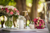 Decoración de mesa de flores rosas — Foto de Stock