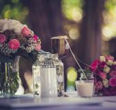 ピンクのバラの花のテーブルの装飾 — ストック写真