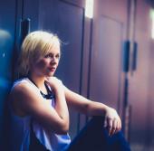 молодая привлекательная блондинка девушка — Стоковое фото