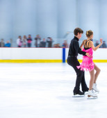 Julia Albrecht and Aleksandar Bulatovic at the Ice Dance — Stock Photo