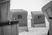červená plážová lehátka — Stock fotografie
