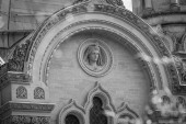 Sculpted stone medallion above a Gothic windo — Stock Photo