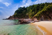 вид красивый тропический пляж. — Стоковое фото