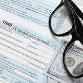 USA Tax Form 1040 with glasses and 100 US dollar bills - 1 to 1 ratio — Stock Photo