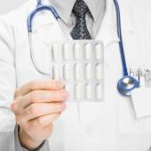 Doctor holdling pills in his hand - heath care concept - 1 to 1 ratio — Stock Photo